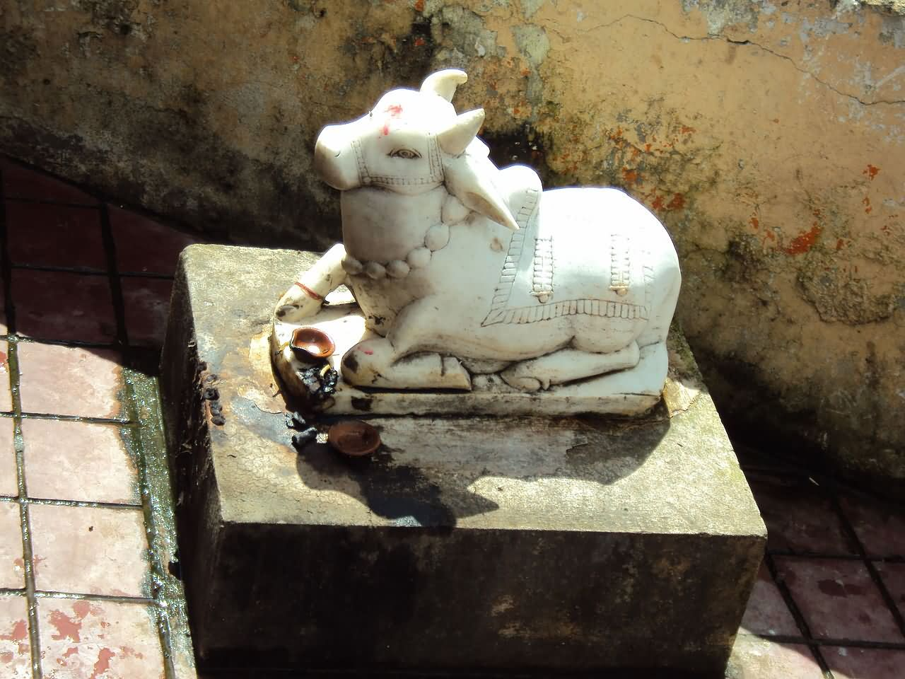 White Marble Statue : A beautiful white marble statue of lord hanuman